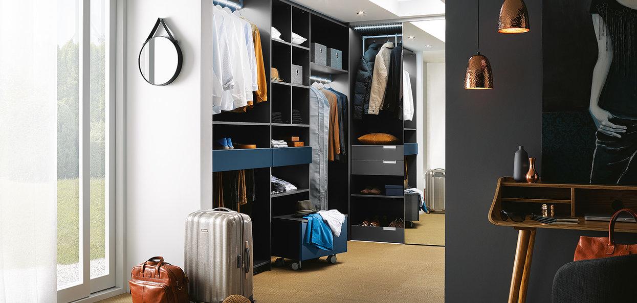 Bilde U-formet garderobe med vevd struktur