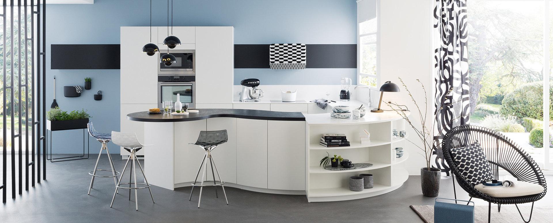 Bilde bueformet hvitt og svart kjøkken