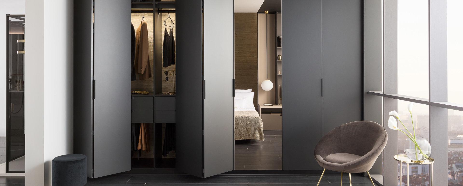Bilde Garderobe med sort matt speil lukket skap