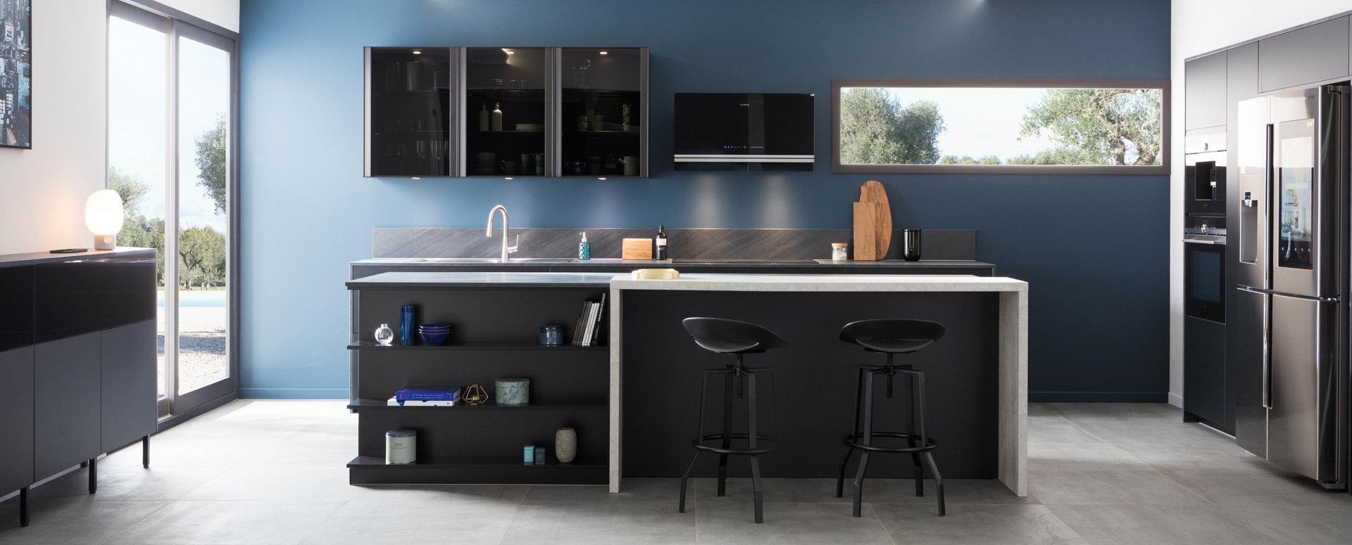 Moderne matt sort kjøkkeninnredning sett med kjøkkenskap
